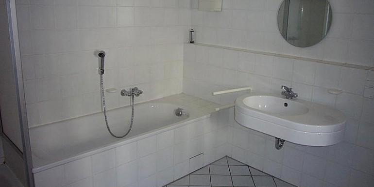 08 Badezimmer m. Dusche und Wanne