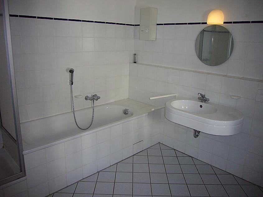 08 badezimmer m dusche und wanne jhw immobilien. Black Bedroom Furniture Sets. Home Design Ideas