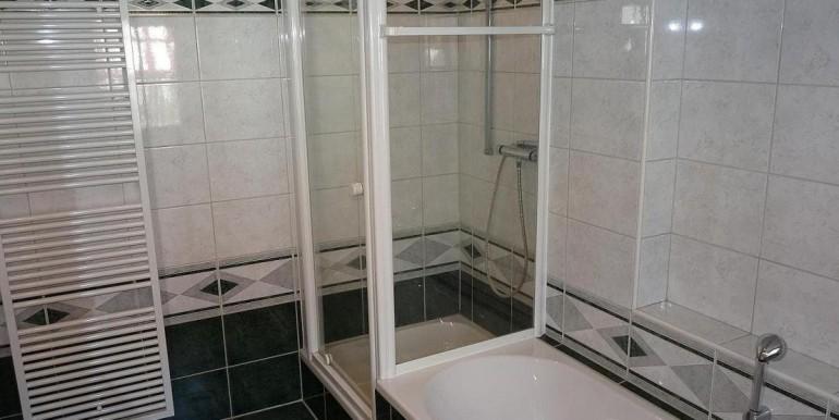 09 Badezimmer m. Dusche und Wanne