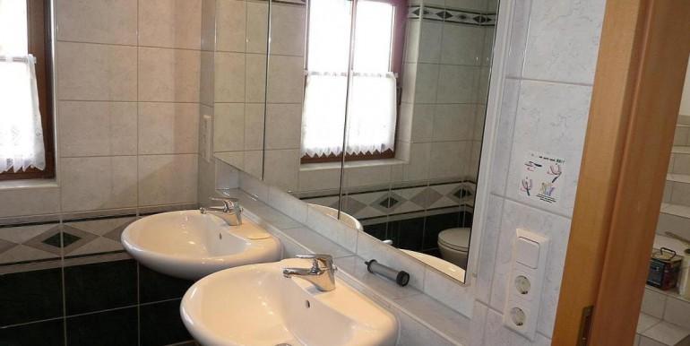 10 Zwei Becken m. Spiegelschrank
