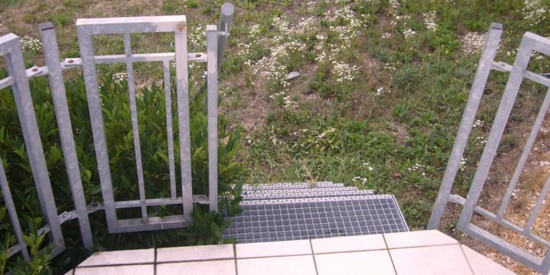 Treppe zur Wiese
