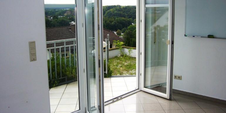 Zum Balkon und Wiese