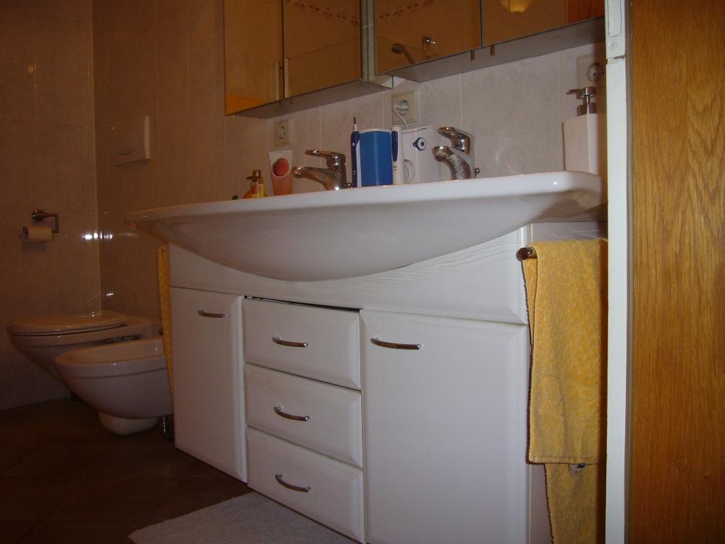 doppelwaschtisch mit wc u bidet jhw immobilien. Black Bedroom Furniture Sets. Home Design Ideas