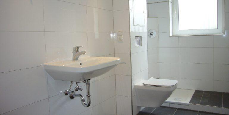 Helles Tageslichbadezimmer mit Dusche
