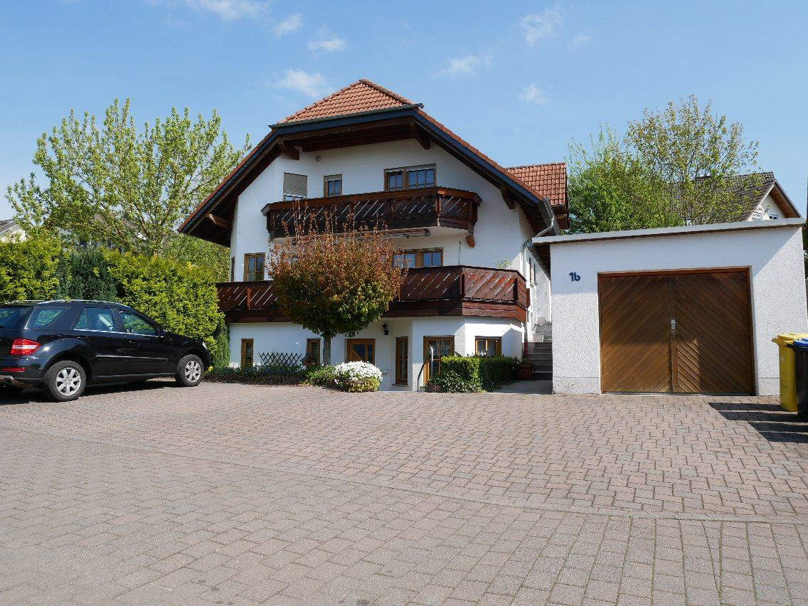 **Großzügiges u. gemütliches Wohnhaus incl. ELW in Gückingen.**