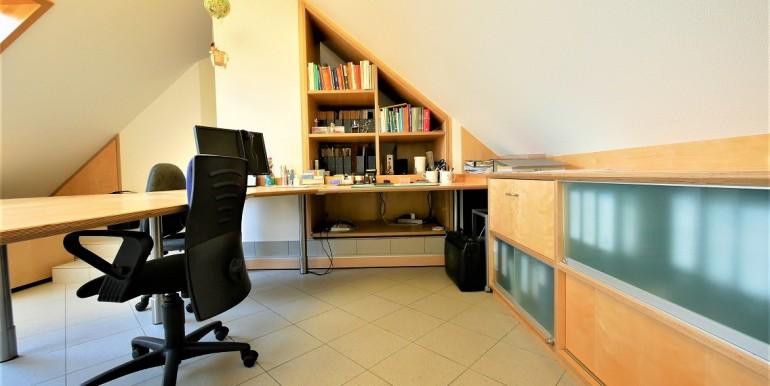 Studio mit Einbaumöbel